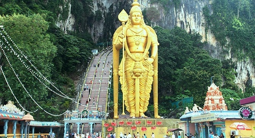 Lord_Murugar_statue_in_batu_cave_temple
