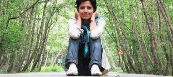 Iranian women risks punishment by removing hijab.