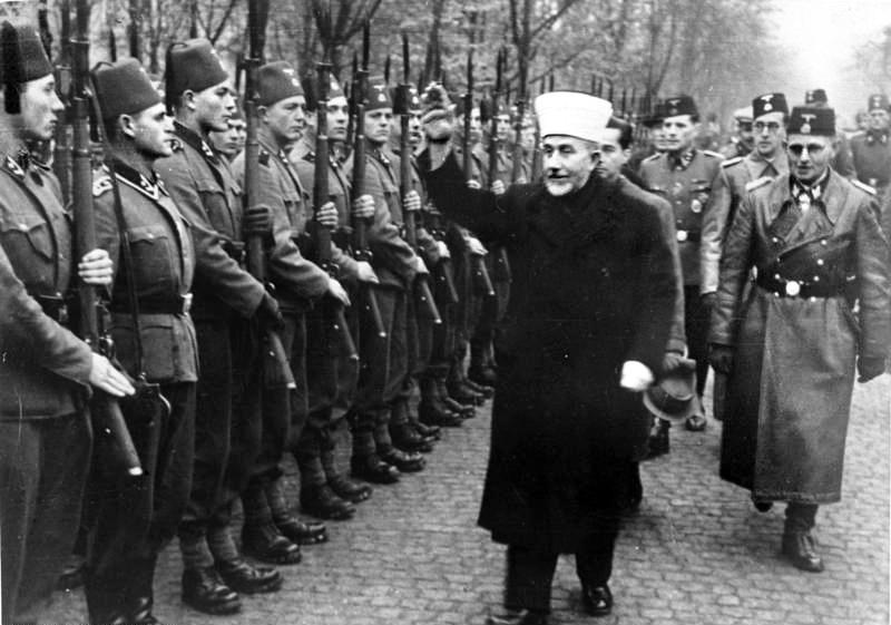 Everything old is new again. Der Großmufti von Jerusalem [Amin al Husseini] bei den bosnischen Freiwilligen der Waffen-SS. Der Großmufti ist auf dem Truppenübungsplatz ein[getroffen] und schreitet die Front der angetretenen Freiwilligen mit erhobenem Arm ab. (Foto: Wiki)