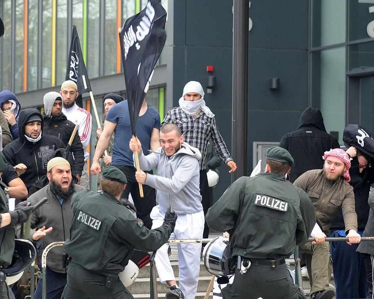 Germany - Muslim protesters attack police. (Photo: Pinterest.)