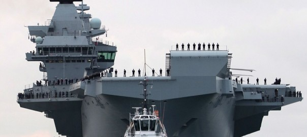434A8DE400000578-4794340-The_HMS_Queen_Elizabeth_is_escorted_into_Portsmouth_Harbour_with-a-4_1502905386295